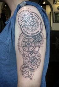 男生手臂上黑色几何简单线条创意齿轮纹身图片