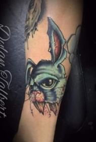 男生手臂上彩绘抽象线条动物兔子纹身图片