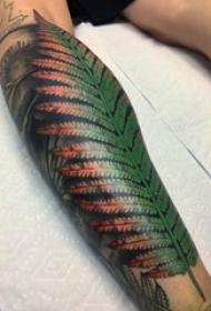 男生手臂上彩绘水彩素描创意文艺树叶纹身图片
