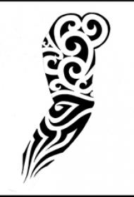 创意的手臂上黑色抽象线条部落图腾纹身手稿