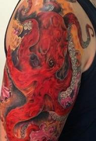 男生手臂上彩绘水彩素描创意章鱼花臂纹身图片