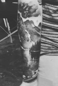 男生手臂上黑灰点刺抽象线条山水风景纹身图片