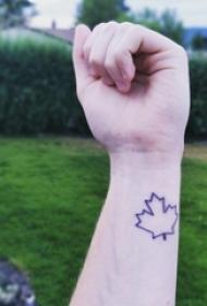 女生手腕上黑色简单个性线条植物枫叶纹身图片
