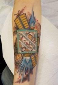 女生手臂上彩绘几何线条创意卡通人物宇航员纹身图片