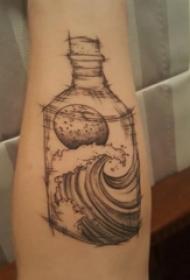 女生手臂上黑灰点刺素描几何线条瓶子和海浪纹身图片