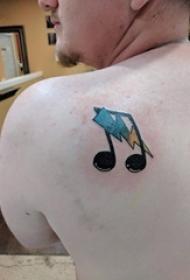 男生后背上彩绘渐变简单线条音符和闪电符号纹身图片