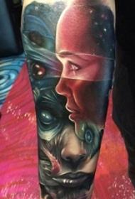 男生手臂上彩绘水彩素描创意星空元素人物纹身图片