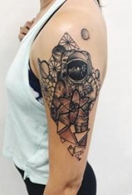 女生手臂上黑灰素描创意宇航员唯美花朵纹身图片
