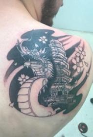 男生后肩上黑色几何线条龙和建筑纹身图片