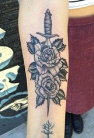 女生手臂上黑灰点刺简单线条植物花朵和匕首纹身图片