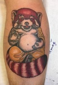 男生小腿上彩绘简单线条小动物浣熊纹身图片