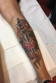 男生小腿上彩绘水彩素描创意唯美花朵匕首纹身图片