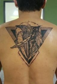 男生后背上黑色点刺几何线条小动物老鹰纹身图片