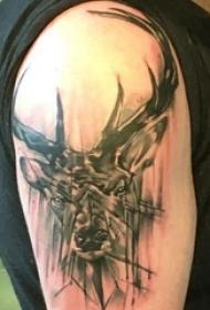 男生手臂上黑灰素描创意抽象鹿头纹身图片