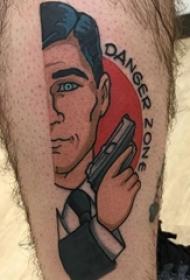 男生小腿上彩绘简单线条枪和卡通人物纹身图片