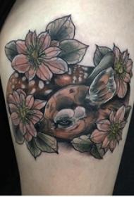 女生大腿上彩绘抽象线条植物花朵和动物鹿纹身图片