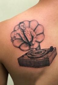 男生后背上黑灰点刺几何线条人物肖像和留声机纹身图片