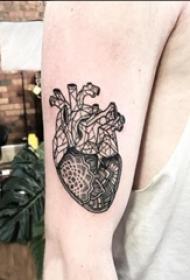 男生手臂上黑色点刺简单线条花朵心脏纹身图片