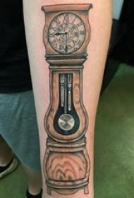 男生手臂上彩绘点刺几何线条时钟纹身图片
