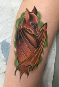 男生手臂上彩绘简单线条小动物蝙蝠纹身图片