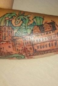男生手臂上彩绘几何线条建筑和火龙纹身图片