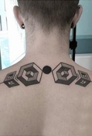 男生背部黑灰素描几何元素创意立体纹身图片