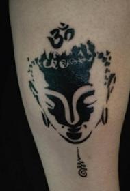 男生手臂上黑色抽象线条佛像纹身图片