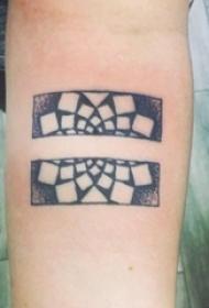 男生手臂上黑色点刺几何简单线条创意方形纹身图片