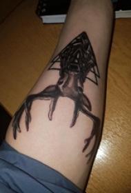 女生大腿上黑色点刺几何简单线条小动物麋鹿纹身图片