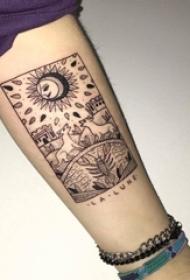 男生手臂上黑色线条创意抽象风景纹身图片