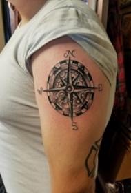 女生手臂上黑灰素描创意文艺复古指南针纹身图片