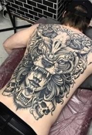 男生后背上黑灰点刺抽象线条老虎骷髅和人物纹身图片