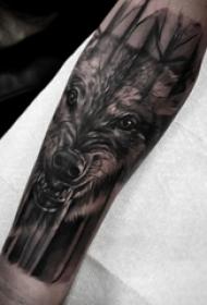 男生手臂上黑色点刺简单线条小动物狼纹身图片