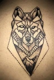 男生后背上黑色点刺几何线条创意风景和动物狼纹身图片