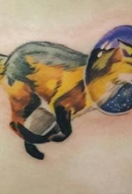 女生侧腰上彩绘几何线条小动物狼纹身图片