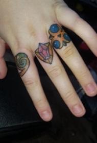 女生手指上彩绘几何抽象线条创意戒指纹身图片