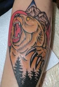 男生手臂上彩绘点刺森林和动物熊纹身图片
