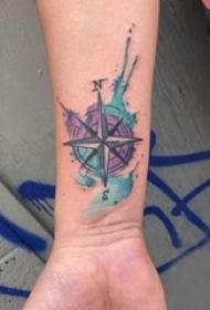 男生手腕上彩绘水彩素描创意水彩泼墨指南针纹身图片