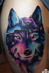 男生手臂上彩绘水彩素描创意星空元素狼头纹身图片