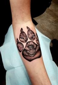 男生手臂上黑灰点刺爪印和小动物狼纹身图片