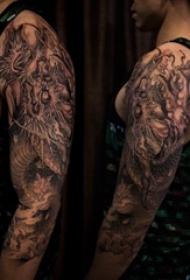 男生手臂上黑灰素描点刺技巧创意霸气龙图腾花臂纹身图片