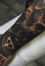 男生手臂上黑灰素描点刺技巧创意骷髅钟表花臂纹身图片
