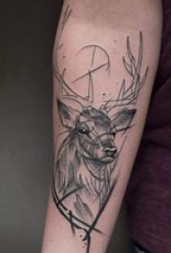 男生手臂上黑色素描简单线条小动物麋鹿纹身图片