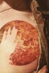 男生胸部彩绘渐变几何抽象线条月球和手部纹身图片