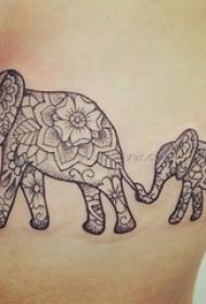 女生侧腰上黑灰素描点刺技巧创意花纹大象纹身图片