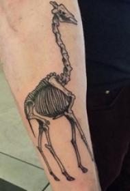 男生手臂上黑色点刺简单线条动物长颈鹿骷髅纹身图片