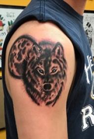 男生手臂上黑色点刺小动物狼纹身图片