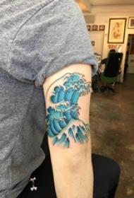 男生手臂上彩绘渐变简单抽象线条浪花纹身图片