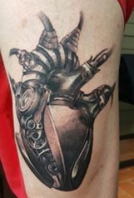 男生大腿上黑灰点刺简单线条创意机械心脏纹身图片