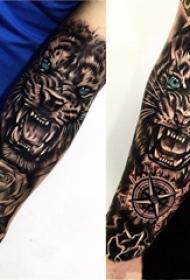 黑灰素描描绘的创意霸气的狮子头花臂纹身图片